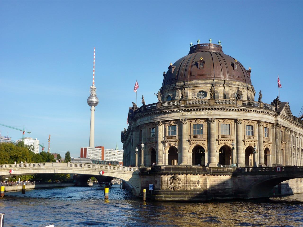 Bodemuseum Berlin mit Fernsehturm im Hintergrund